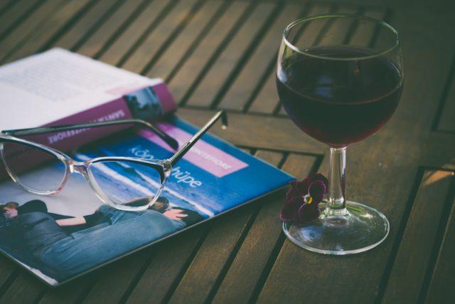 Agence-Born-to-be-wine_Relation-Presse_confinement_bibliothèque_aliis-sinisalu-unsplash